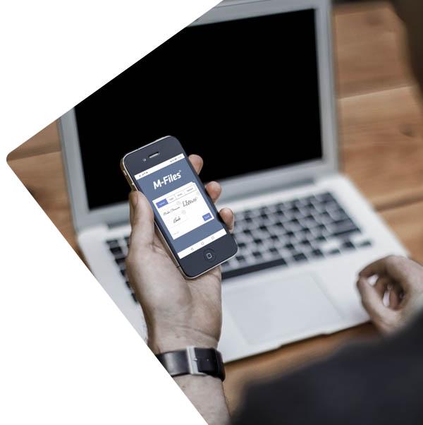 Persoon houdt een mobiel vast en wilt digitaal ondertekenen in het document management systeem M-Files.